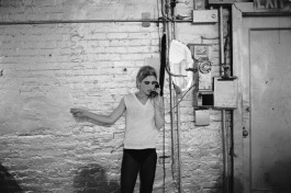 Edie Sedgwick usando el único teléfono de The Factoy, NYC, ca. 1965-1967. Cortesía / Courtesy Stephen Shore / 303 Gallery, New York © Stephen Shore