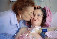 """""""Euna bala perdida"""". Luciana vive postrada en la cama de un hospital de Río de Janeiro desde el día que una bala perdida le atravesó el cuello."""