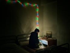 Giavid, un chico de Afganistán, en la habitación de la casa. De la serie Suspension.© Álvaro Deprit