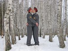 """Bleu Noses Group Era of Mercy (""""Kissing policemen""""). 2005. Fotografía en color"""