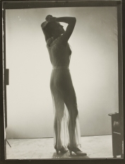 Meret Oppenheim con ropa transparente (c. 1933), Man Ray