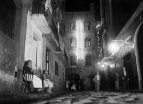 """""""La Criolla"""", en la calle del Cid. A la derecha, un segundo cartel anuncia el """"Dancing Sacristà"""", 1930-1933. Fotografía de Gabriel Casas i Galobardes. Arxiu Nacional de Catalunya. Fons Gabriel Casas i Galobardes."""