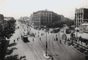 Vista del cruce de la avenida del Paralelo con la Ronda de Sant Pau. Fotografía de Josep Domínguez, c. 1930-1935. Arxiu Fotogràfic de Barcelona