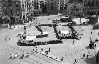 Barricada levantada por las milicias antifascistas en el Paralelo, durante la sublevación militar del 19 de julio. 19-21 de julio de 1936. Fotografía de Brangulí. Arxiu nacional de Catalunya. Fons Brangulí (Fotògrafs)