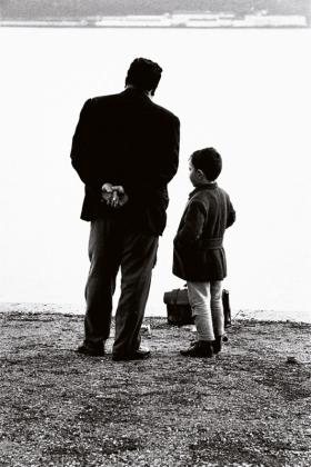 Jorge Guerra Pai e filho, Cais de Alcântara, 1966 Gelatina de plata, copia actual, 30.5x45.8 cm. © Jorge Guerra