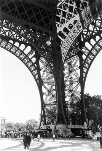"""A los pies de Eiffel"". París. Septiembre de 2005. © Jordi Folck"