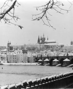 """""""Praga, toda la belleza del mundo y un canto a Jaroslav Seifert"""". Catedral de San Vito y Castillo. Diciembre de 2001. © Jordi Folck"""