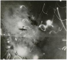 Fotógrafo desconocido: Raid sobre Hamburgo en febrero de 1943. Un Lancaster visto tras las estelas de las 4'000 libras de bombas. 1943, Gelatina de plata. © Bogomir Ecker