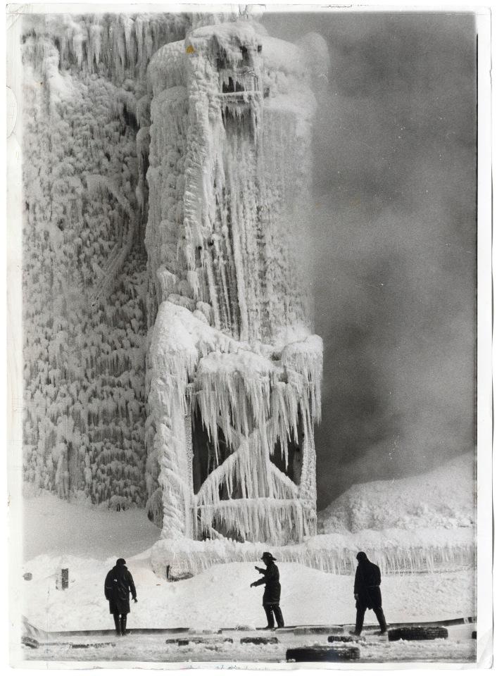 Bob Kotalik: Escena helada en el cruce de la 22 y Jefferson, Chicago, 1965. Gelatina de plata. © Bogomir Ecker