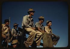 Fotógrafo: Jack Delano. Trabajadores de la caña de azúcar durante el descanso del medio día en Río Piedras, Puerto Rico. Diciembre de 1941. LC-USF35-402