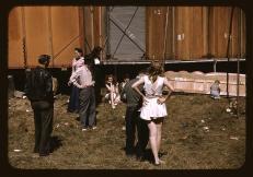 """Fotógrafo: Jack Delano. """"Backstage"""" del """"girlie show"""" en la feria estatal de Vermont, Rutland. Septiembre de 1941. LC-USF35-43"""