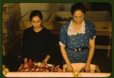 Fotógrafo: Jack Delano. Mujeres seleccionando y empaquetando tomates en la cooperativa Yauco, Puerto Rico. Enero de 1942. LC-USF35-498