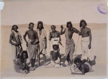 Felice Beato. 1884/85. Grupo de guerreros en el desierto, en Asuán (Egipto). COPY 1/373/409