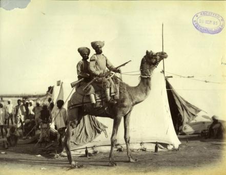 """Felice Beato. 1884/85. """"Cuerpo de camellos"""". Dos soldados sijs montados en orden de batalla. COPY 1/373/369"""