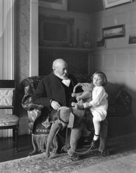 II-172901-P1 Sir William Van Horne and grandson, Montreal, QC, 1909 Wm. Notman & Son 1909, 20th century Notman photographic Archives - McCord Museum