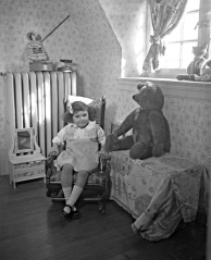 II-241966-P1 Missie Brown and teddy bear, Montreal, QC, 1921 Wm. Notman & Son 1921, 20th century Notman photographic Archives - McCord Museum