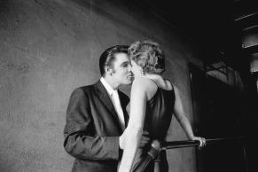 """""""El beso"""", Mosque Theater, 30 de Junio de 1956. Aunque ésta es quizá la fotografía más icónica de Wertheimer, la identidad de la mujer permaneció desconocida hasta 2011, 55 años después de que se tomara la foto. 2013 Alfred Wertheimer/Courtesy TASCHEN"""
