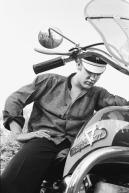 """""""No Gas in the Tank"""", Elvis con su Harley-Davidson, preguntándose por qué no arranca. Memphis, Tennessee, 4 de julio de 1956. © 2013 Alfred Wertheimer/Courtesy TASCHEN"""