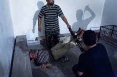 2nd Prize Spot News Single Emin Özmen, Turquía 31 de Julio de 2012, Aleppo, Siria. Tropas de la oposición emprendían regularmente operaciones nocturnas con el objetivo de capturar a informantes del gobierno. Dos informantes fueron capturados, declarados culpables bajo interrogatorio y torturados durante toda la noche; los soldados, cansados, tuvieron que ser reemplazados para que continuaran las torturas. Pasadass 48 horas, los cautivos fueron puestos en libertad.