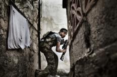 2nd Prize Spot News Stories Fabio Bucciarelli, Italy, Agence France-Presse 10 de octubre de 2012, Aleppo, Siria. Un combatiente del Ejercitio Sirio Libre toma posiciones durante un enfrentamiento con las fuerzas gubernamentales en el distrito de Sulemain Halabi.