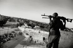 """1st Prize Sports – Sports Features Stories Jan Grarup, Denmark, Laif Baloncesto femenino en Mogadicio, Somalia. 21 de febrero de 2012, Mogadicio, Somalia . La asociación somalí de baloncesto paga a guardias armados para que vigilen y protejan a Suweys y su equipo mientras juegan. In Mogadicio, la capital en guerra de Somalia, mujeres jóvenes arriesgan sus vidas para ptacticar este deporte. Suweys –de 19 años de edad y capitana de un equipo de baloncesto femenino– y sus amigas desafían las posturas de los islamistas radicales sobre los derechos de la mujer. Han recibido muchas amenazas de muerte, no sólo de las milicias de al-Shabaab y de islamistas radicales, sino también de hombres de sus propias familias. """"Es en la pista de basquet donde Suweys se siente más feliz. """"El basquet me hace olvidar todos mis problemas"""""""