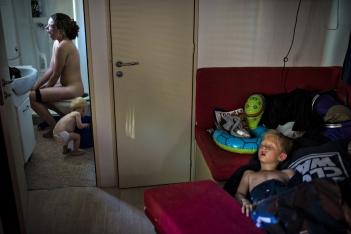 """2nd Prize Daily Life Single Søren Bidstrup, Denmark, Berlingske """"Primera hora de la mañana de unas vacaciones de verano"""", Italia 08 de julio de 2012, Jeselo, Italia. Campamento de verano. Alguien se ha despertado demasiado temprano."""