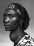 """1st Prize People – Staged Portraits Stories Stephan Vanfleteren, Bélgica. Panos for Mercy Ships/De Standaard People of Mercy, Guinea 17 de octubre de 2012, Conakry, Guinea. Makone Soumaoro, 30 años, bocio. """"No me duele, pero estoy preocupada de que mi cuello se haya hinchado tanto. Espero que no sea un tumor, porque soy ama de casas y mi marido y mis tres hijos me necesitan."""" Guinea es uno de los países menos desarrollados del mundo. Más del 60% de la población vive con menos de un dólar al día. Tres quartas partes de la población es analfabeta. La atención médica es precaria o demasiado cara para mucha gente. Algunos obtienen atención médica de la ONG Mercy Ships, que tiene un barco hospital –el African Mercy'– anclado en la capital, Conakry. Allí, médicos, enfermeras y cirujanos voluntarios atienden desde cataratas, problemas dentales y enfermedades de la piel, hasta complejas operaciones de tumores u ortopédicas."""