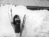 Túnel bajo la nieve en el hotel de Kiandra. Negativo en placa de vidrio. Tyrrell Photographic Collection, Powerhouse Museum