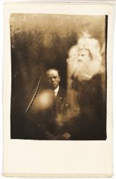"""Un clérigo y dos espíritus. Colección del National Media Museum. El clérigo y su esposa habían asistido a una sesión de espiritismo, en la que se oyó una voz, que decía ser su hija muerta antes de nacer –a quien la """"gente espiritual"""" había llamado Rose. La voz les pidió que se hicieran una fotografía psíquica, diciendo que intentaría aparecer en ellaThe voice asked them to sit for a psychic photograph, """"Rose"""" no parece salir en la foto. La imagen del hombre fue identificada como el padre del clérigo, fallecido muchos años atrás."""