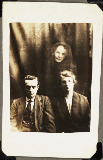 Pareja y espíritu femenino. la cara de una mujer aparece sobre la pareja; la mujer fue identificada como la hermana de un hombre importante de la Iglesia Espiritualista. la mantilla le añade un efecto etéreo.