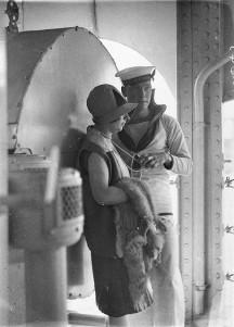 """. Marinero del HMAS """"Australia"""", jugueteando con el collar de perlas de una mujer. Circa 1929."""