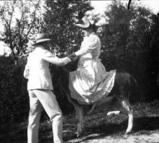 Eugène Trutat. Georges y Marguerite en un burro. Octubre de 1897. Bibliothèque de Toulouse