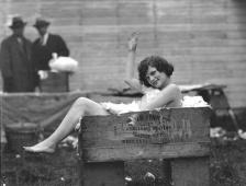 Vern C. Gorst, entre 1929 y 1932. Muchacha desnuda en una caja llena de pieles de conejo. Colección de la Biblioteca de la Universidad de Washington.