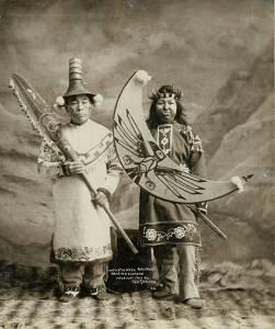 Frank H. Nowell. Hombre y mujer tlingit, en sus trajes de danza. Alaska, 1906. Biblioteca de la Universidad de Washington, colección Frank H. Nowell.