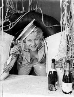 Mujer disfrazada de marinera celebra el carnaval con champán