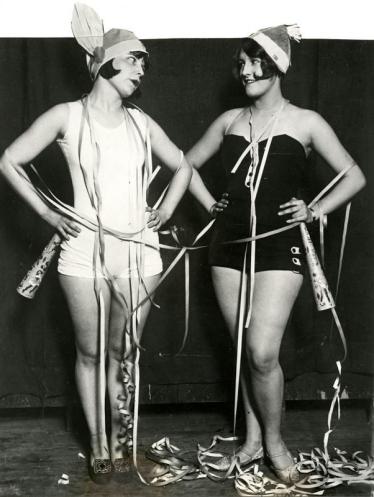 """""""Blanco y negro"""". Disfraces de carnaval. 1931"""