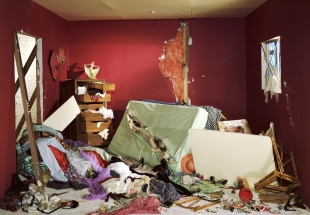 "Jeff Wall. ""La habitación destruida"", 1978, copia de 1987. Transparencia 'cibachrome' en caja de luz fluorescente. National Gallery of Canada, Ottawa. Adquirida en 1988. Cortesía del artista"