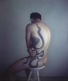 """Richard Learoyd. """"Hombre con tatuaje de pulpo II"""", 2011. Fotografía 'ilfochrome' única. Cortesía de McKee Gallery, Nueva York. © Richard Learoyd, cortesía de McKee Gallery, Nueva York"""
